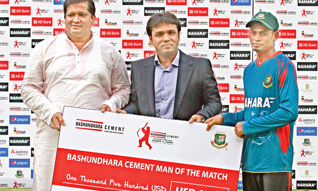 Bashundhara-Group-Vice-chairman-Shafiat-Sobhan-Sanbir-gives-prize-money-to-Taijul-Islam-at-an-award-ceremony-at-Sher-e-Bangla-National-Cricket-Stadium