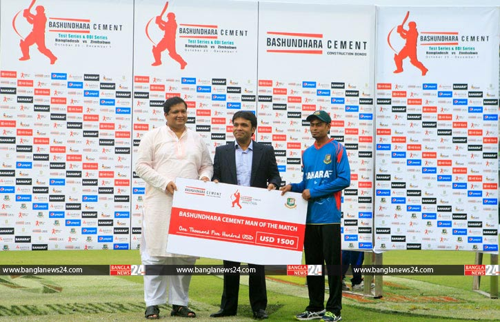 Bashundhara Group vice-chairman hands over prize to Taijul