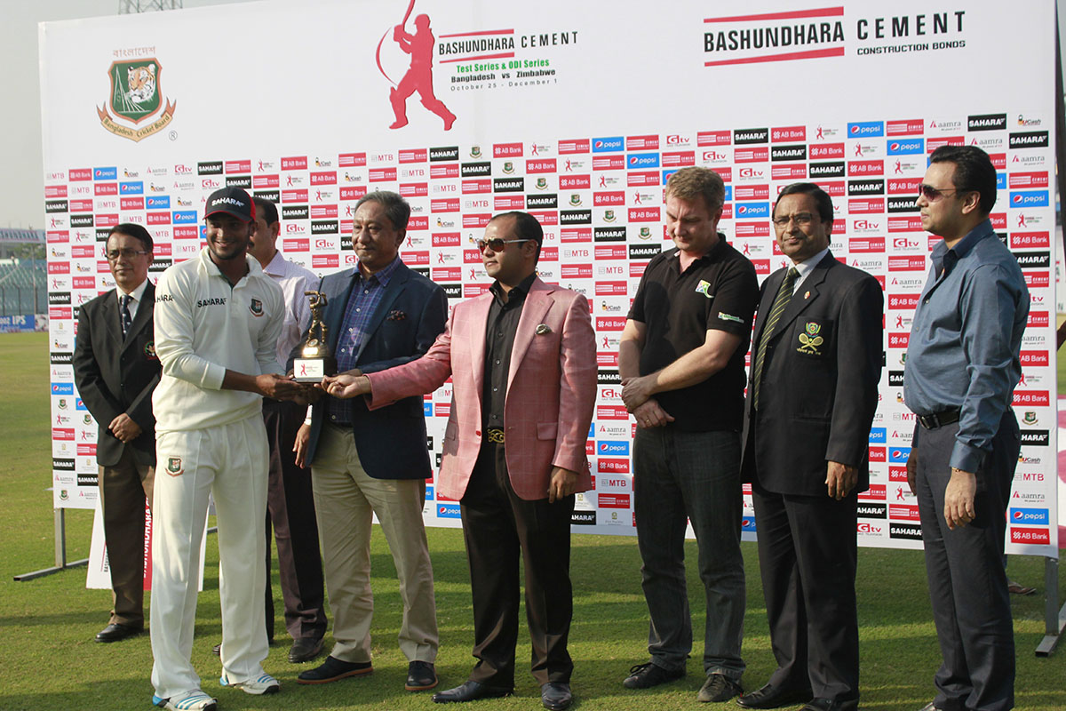 Bashundhara-Group-Additional-Managing-Director-Safwan-Sobhan-Giving-Prize-to-Alrounder-Shakib-Al-Hasan