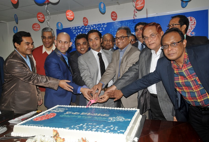 Sayem-Sobhan-Anvir-Cuts-Cake-in-the-celebration-of-Daily-Kalerkantho-founding