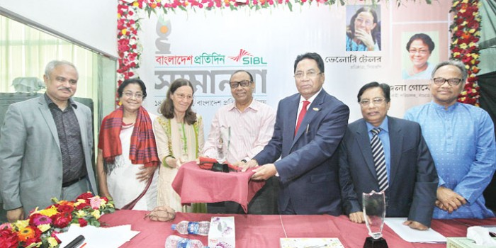 Bashundhara Group Chairman Ahmed Akbar Sobhan hands over a crest to founder of Centre for the Rehabilitation of the Paralised Valerie Ann Taylor at a programme at the office of Bangladesh Pratidin in Bashundhara residential area in the capital on Tuesday. Valerie Ann Taylor and Banchte Shekha executive director Angela Gomes were awarded jointly by daily Bangladesh Pratidin and Social Islami Bank for their outstanding contribution to health and socioeconomic sector. Bangladesh Pratidin Editor Naem Nizam, Kaler Kantho editor Imdadul Haque Milon and SIBL Chairman Maj (retd) Dr Rezaul Haque were also present. - Kamrul Islam Ratan